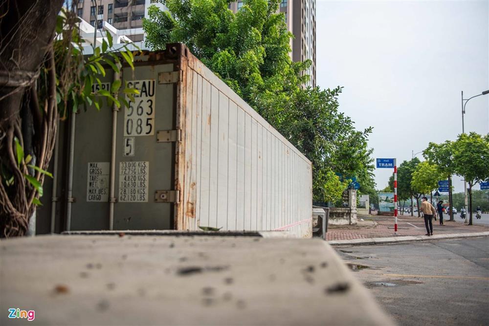 Dùng xe tải, gạch và thùng container làm chốt phong tỏa ở Hà Nội-9