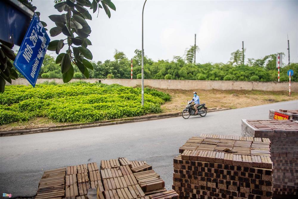 Dùng xe tải, gạch và thùng container làm chốt phong tỏa ở Hà Nội-11
