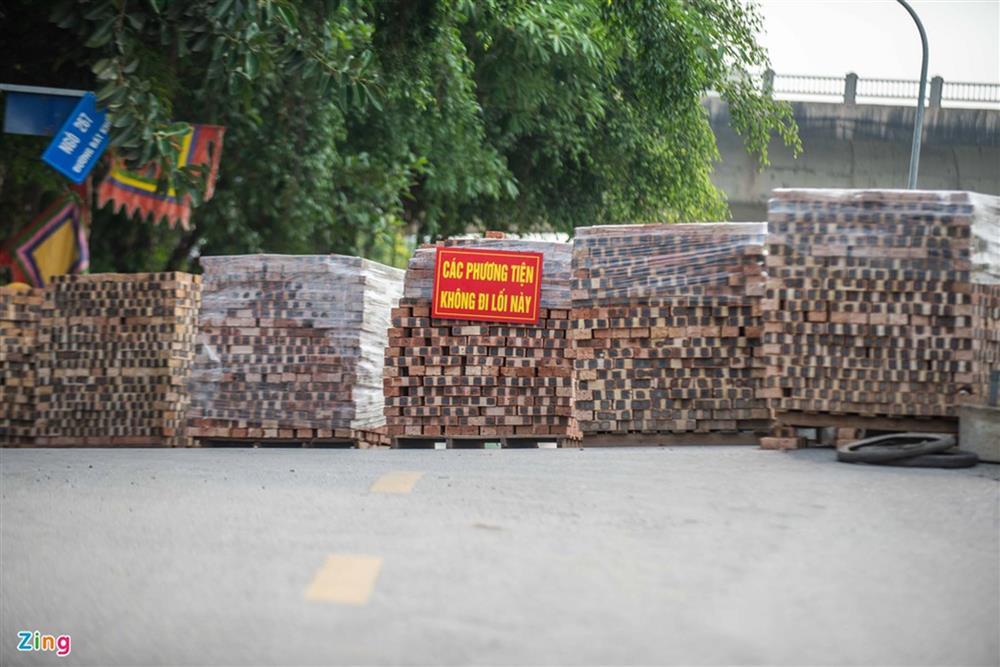 Dùng xe tải, gạch và thùng container làm chốt phong tỏa ở Hà Nội-12