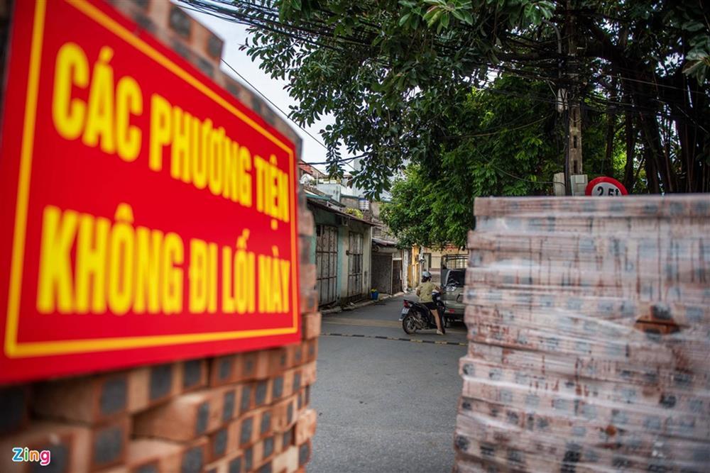 Dùng xe tải, gạch và thùng container làm chốt phong tỏa ở Hà Nội-13