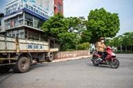 Dùng xe tải, gạch và thùng container làm chốt phong tỏa ở Hà Nội