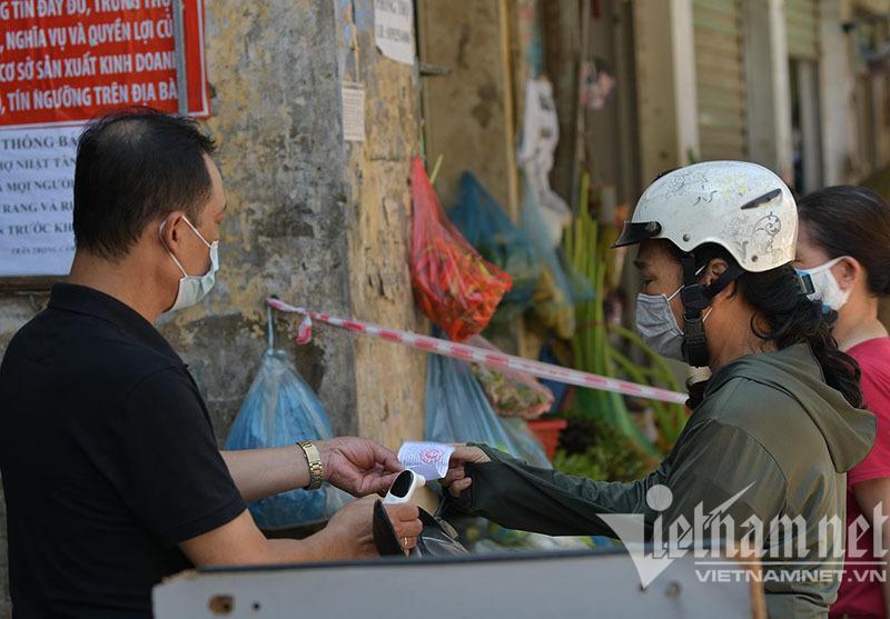 Nhận thẻ đi chợ, dân Hà Nội phân công, canh giờ mua mớ rau, con cá-4