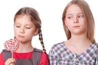 Đứa trẻ hay ghen tị và thích so sánh khiến quá trình trưởng thành bị cản trở, cha mẹ nên làm gì?