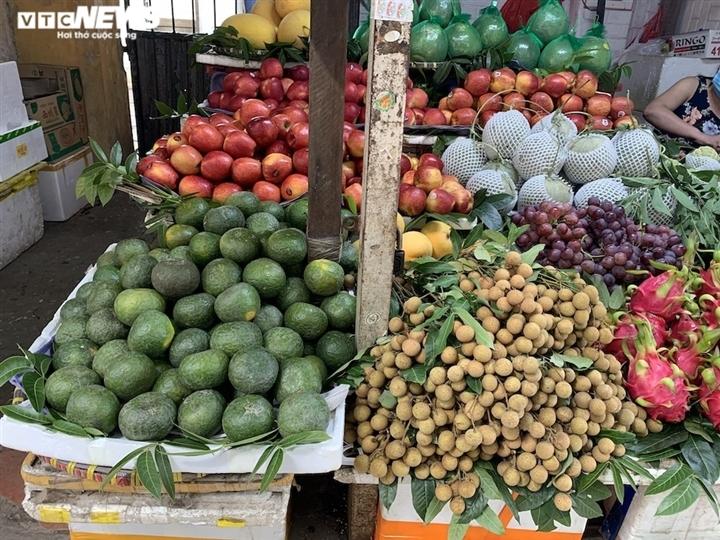 Hoa quả tươi đắt khách, cam tăng tới chục giá ở nhiều chợ Hà Nội-9