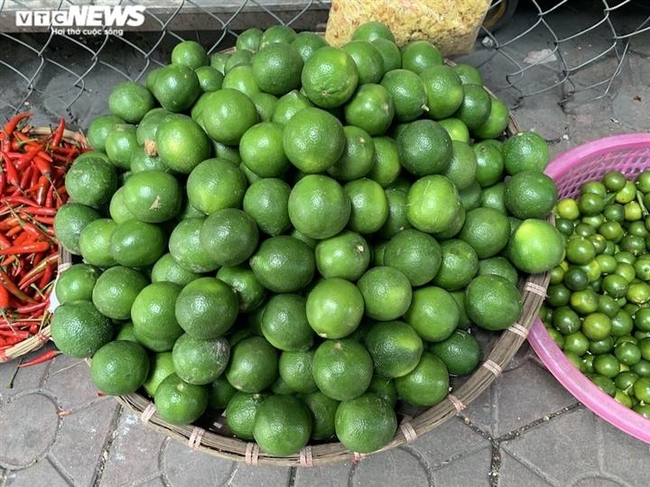 Hoa quả tươi đắt khách, cam tăng tới chục giá ở nhiều chợ Hà Nội-10