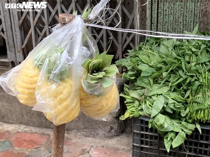 Hoa quả tươi đắt khách, cam tăng tới chục giá ở nhiều chợ Hà Nội-4