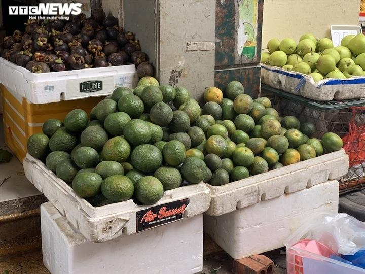 Hoa quả tươi đắt khách, cam tăng tới chục giá ở nhiều chợ Hà Nội-8