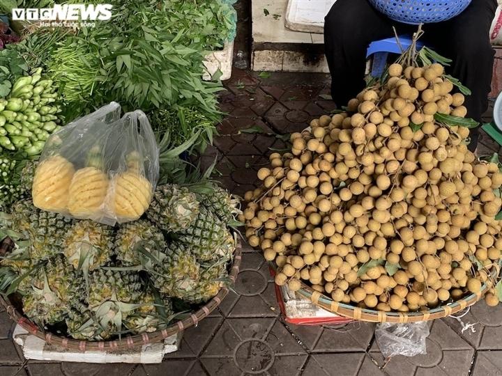 Hoa quả tươi đắt khách, cam tăng tới chục giá ở nhiều chợ Hà Nội-3