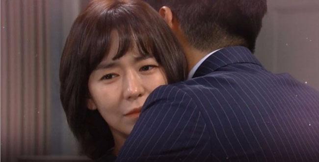 Sinh nhật vợ, chồng nói đi công tác tỉnh khác không về được nhưng xe anh lại bị nhìn thấy ngay gần nhà, vợ giấu mặt khóc nghẹn-2