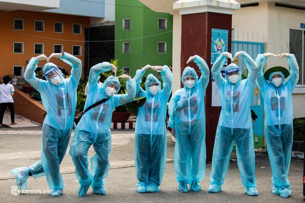 Sân khấu đặc biệt: Nơi ca sĩ Phương Thanh và các nghệ sĩ biểu diễn cho 4.000 F0 tại bệnh viện dã chiến-8