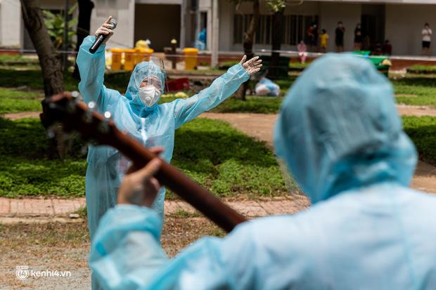 Sân khấu đặc biệt: Nơi ca sĩ Phương Thanh và các nghệ sĩ biểu diễn cho 4.000 F0 tại bệnh viện dã chiến-19