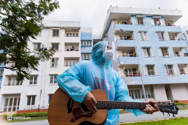 Sân khấu đặc biệt: Nơi ca sĩ Phương Thanh và các nghệ sĩ biểu diễn cho 4.000 F0 tại bệnh viện dã chiến-12