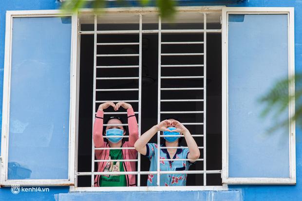 Sân khấu đặc biệt: Nơi ca sĩ Phương Thanh và các nghệ sĩ biểu diễn cho 4.000 F0 tại bệnh viện dã chiến-22