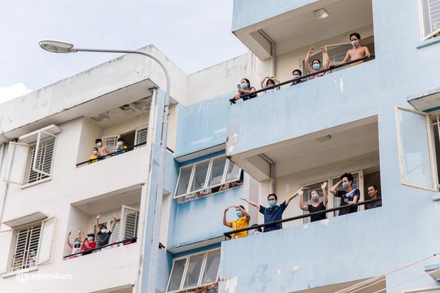 Sân khấu đặc biệt: Nơi ca sĩ Phương Thanh và các nghệ sĩ biểu diễn cho 4.000 F0 tại bệnh viện dã chiến-18