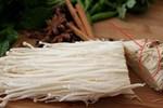 Ăn nấm kim châm đừng bỏ gốc, đem cắm vào chậu là có ngay nấm mới, tội gì không trồng