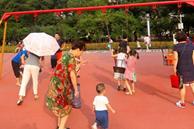 Con gái chiếm xích đu ở công viên không cho bạn chơi cùng, 3 người mẹ có cách xử lý khác nhau, dân mạng tranh cãi ai mới đúng?