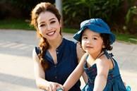 Con gái Jennifer Phạm càng lớn càng xinh như búp bê: Lúi húi làm 1 việc bên mẹ mà được khen nức nở vì ngoan