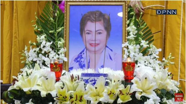 Lễ cầu siêu mẹ danh ca Ngọc Sơn: Xót xa nụ cười người quá cố trên di ảnh, con trai vẫn không thể có mặt vì đang cách ly-1