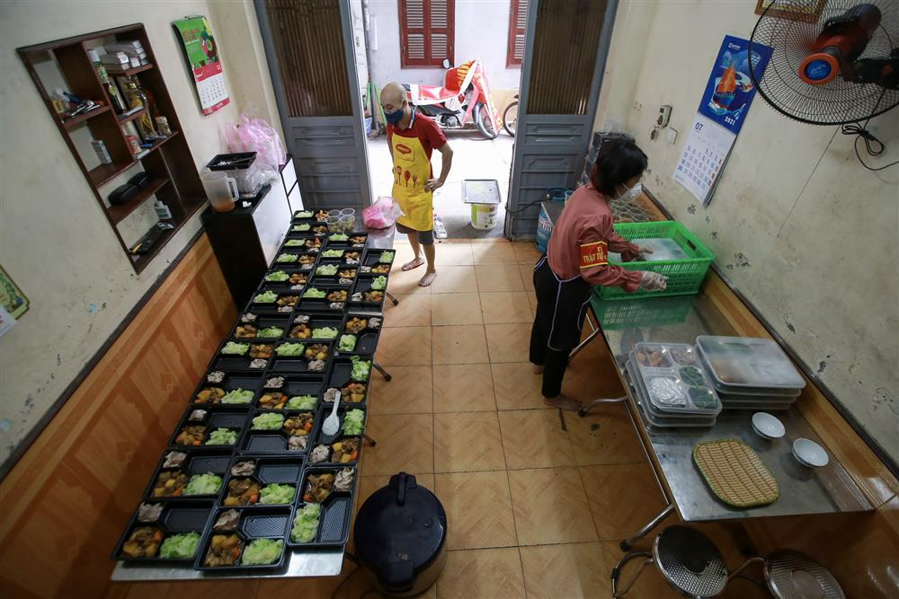 Người Hà Nội nấu cơm tặng y bác sĩ, công an làm nhiệm vụ canh gác dịch tại các chốt kiểm soát nội đô-1