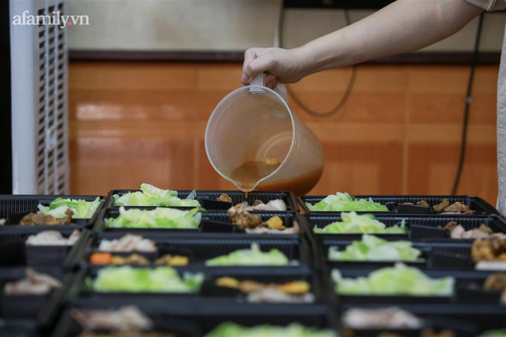 Người Hà Nội nấu cơm tặng y bác sĩ, công an làm nhiệm vụ canh gác dịch tại các chốt kiểm soát nội đô-11