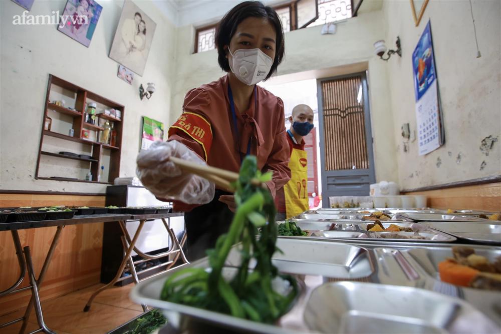 Người Hà Nội nấu cơm tặng y bác sĩ, công an làm nhiệm vụ canh gác dịch tại các chốt kiểm soát nội đô-4