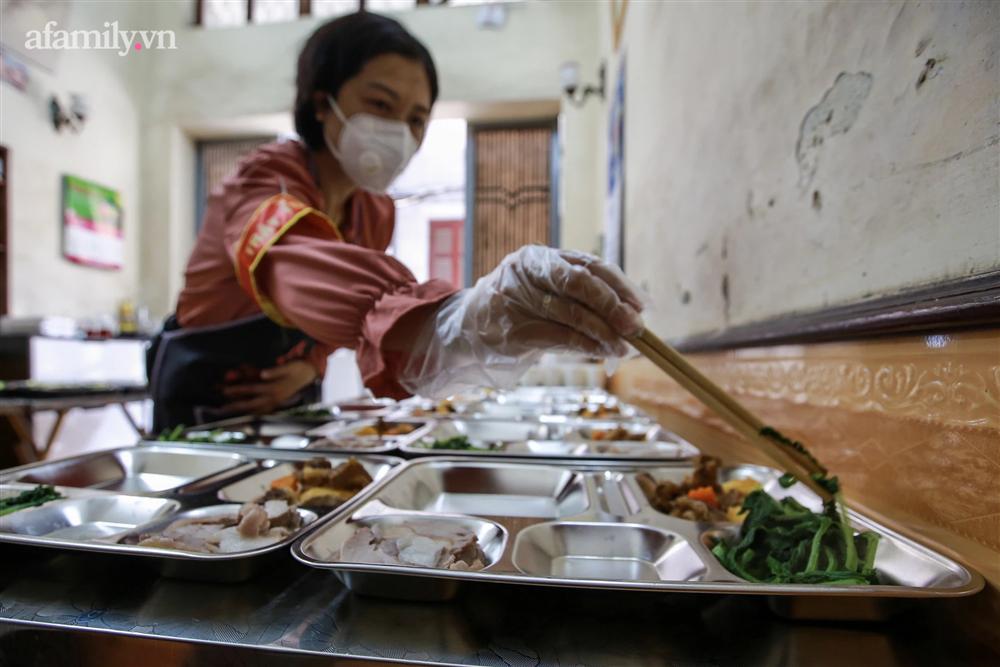 Người Hà Nội nấu cơm tặng y bác sĩ, công an làm nhiệm vụ canh gác dịch tại các chốt kiểm soát nội đô-5