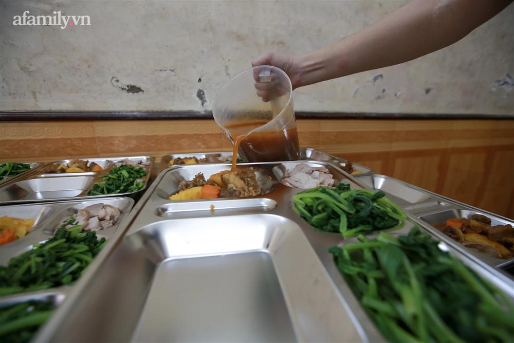 Người Hà Nội nấu cơm tặng y bác sĩ, công an làm nhiệm vụ canh gác dịch tại các chốt kiểm soát nội đô-6