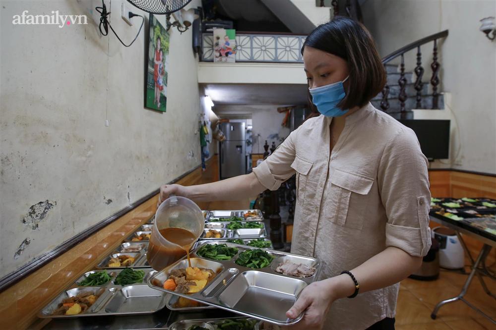 Người Hà Nội nấu cơm tặng y bác sĩ, công an làm nhiệm vụ canh gác dịch tại các chốt kiểm soát nội đô-7