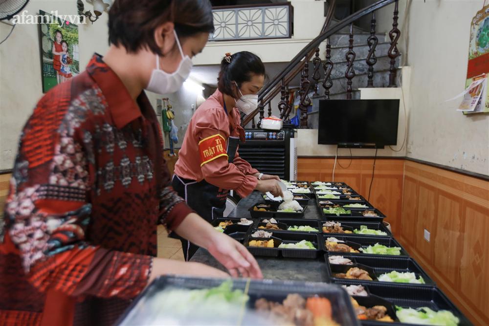 Người Hà Nội nấu cơm tặng y bác sĩ, công an làm nhiệm vụ canh gác dịch tại các chốt kiểm soát nội đô-14