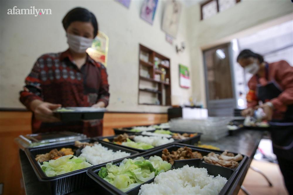 Người Hà Nội nấu cơm tặng y bác sĩ, công an làm nhiệm vụ canh gác dịch tại các chốt kiểm soát nội đô-15