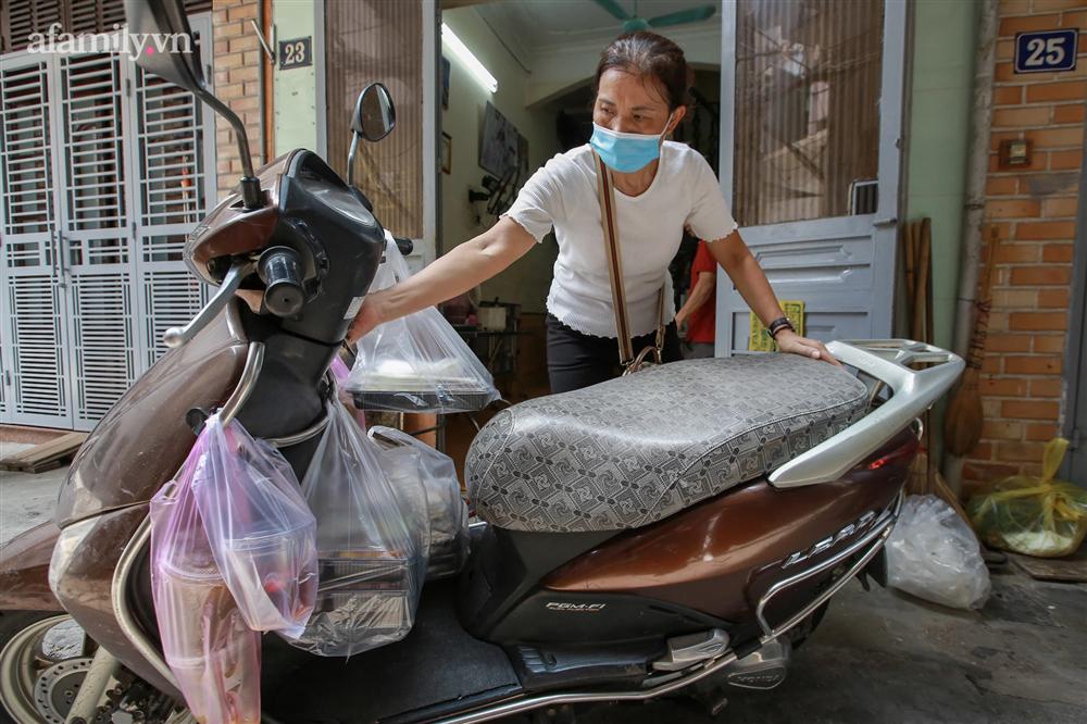 Người Hà Nội nấu cơm tặng y bác sĩ, công an làm nhiệm vụ canh gác dịch tại các chốt kiểm soát nội đô-16