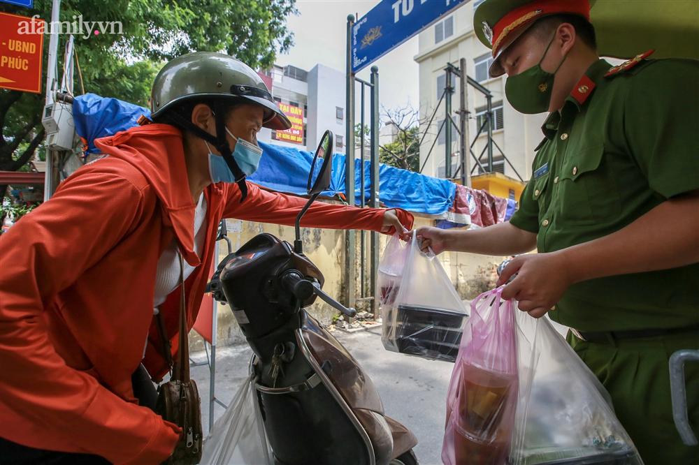 Người Hà Nội nấu cơm tặng y bác sĩ, công an làm nhiệm vụ canh gác dịch tại các chốt kiểm soát nội đô-18