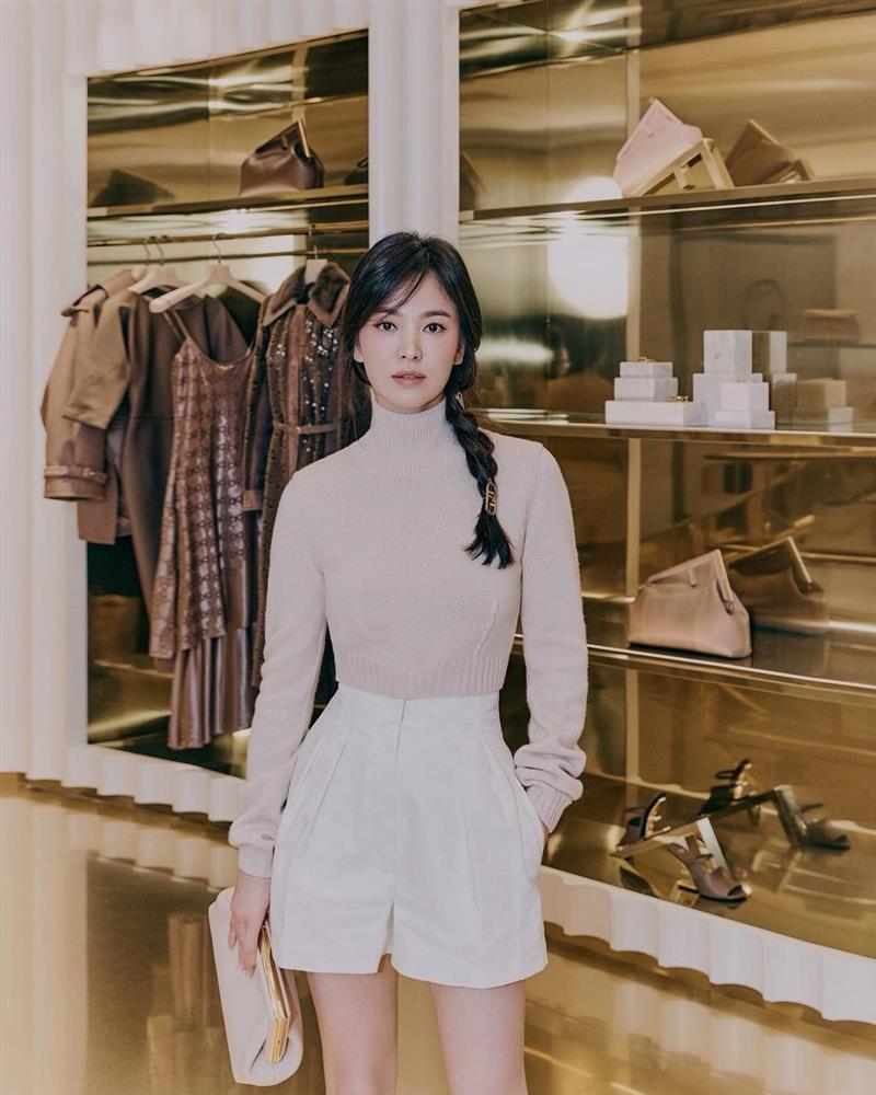 Song Hye Kyo hack tuổi tài tình đấy nhưng có qua mặt nổi Jessica thời thượng khi đụng bộ cánh na ná?-3