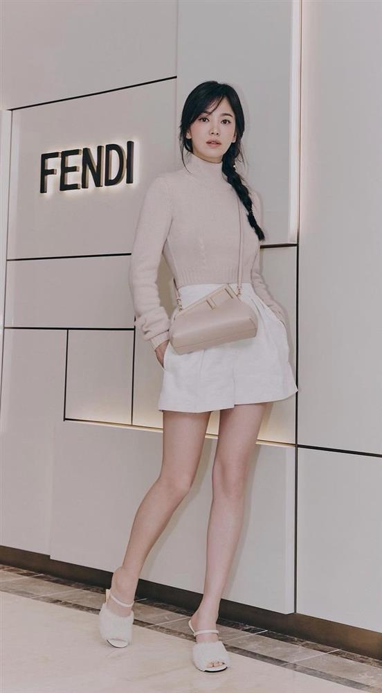 Song Hye Kyo hack tuổi tài tình đấy nhưng có qua mặt nổi Jessica thời thượng khi đụng bộ cánh na ná?-4