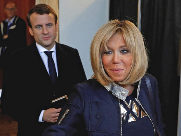 Tổng thống Pháp lại gây bão MXH với khoảnh khắc cưng nựng trẻ con rồi nhận về cái kết đắng lòng-3