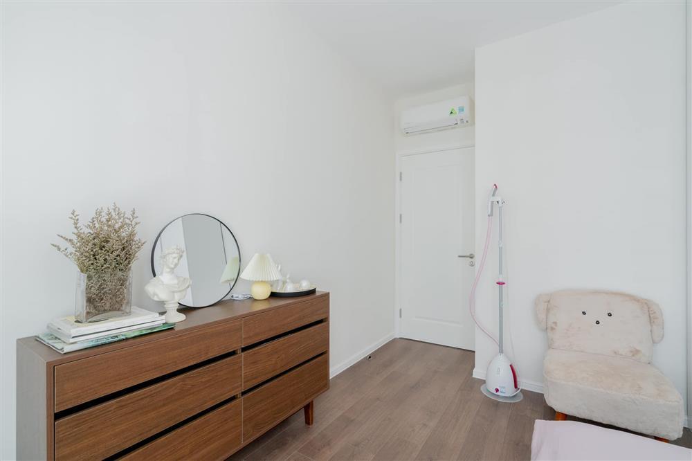 Căn hộ chung cư phong cách tối giản với tone màu trắng kem đầy ấn tượng, sạch sẽ tươm tất mà không kém phần sang chảnh-5