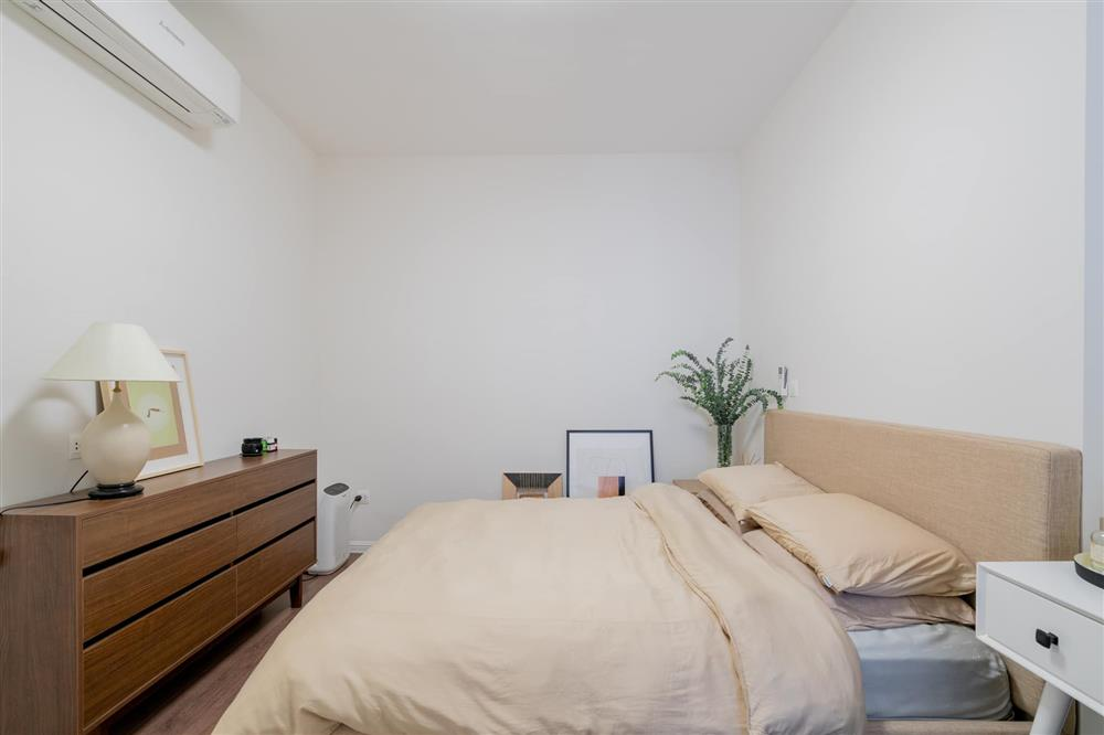 Căn hộ chung cư phong cách tối giản với tone màu trắng kem đầy ấn tượng, sạch sẽ tươm tất mà không kém phần sang chảnh-8