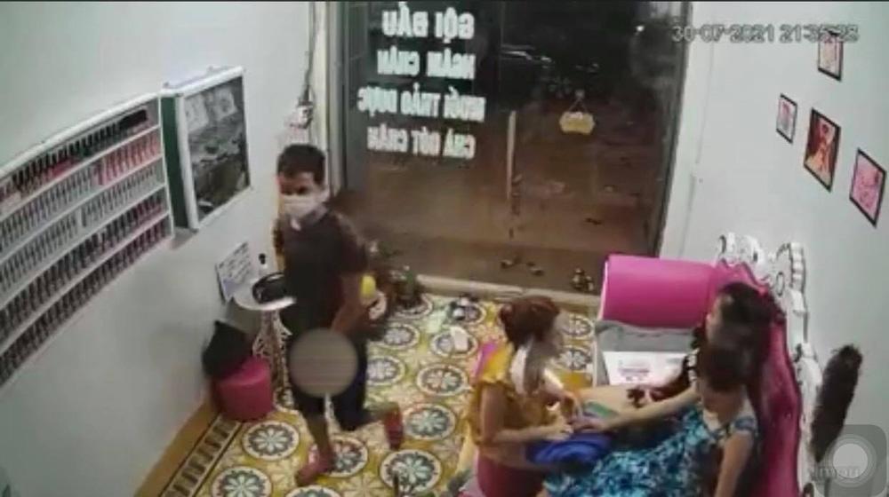 Thanh niên lạ mặt xông vào nhà, sàm sỡ vòng 1 của nữ chủ tiệm nail rồi lao ra đường-2