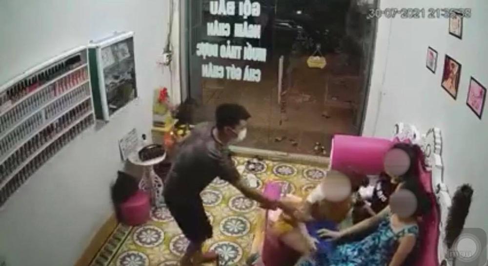 Thanh niên lạ mặt xông vào nhà, sàm sỡ vòng 1 của nữ chủ tiệm nail rồi lao ra đường-3