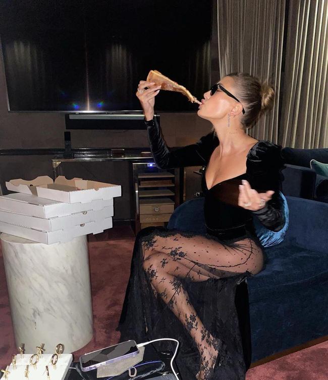 Bà xã Justin Bieber mặc đầm xẻ hiểm hóc, khiến chồng phải che chắn liên tục nhưng vẫn chưa là gì với Á hậu nóng bỏng Vbiz-3