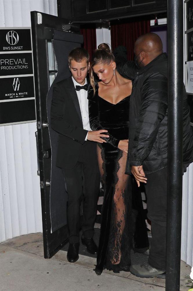Bà xã Justin Bieber mặc đầm xẻ hiểm hóc, khiến chồng phải che chắn liên tục nhưng vẫn chưa là gì với Á hậu nóng bỏng Vbiz-4