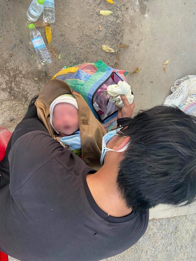 Thương cháu bé 9 ngày tuổi cùng bố mẹ vượt hơn 1.000km từ Bình Dương về quê tránh dịch trên chiếc xe máy cà tàng-2