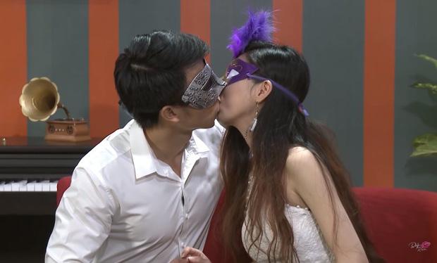 Để trai lạ sờ soạng, hôn vồ vập trên show hẹn hò, nữ vũ công Việt bị cha ruột từ mặt!-1
