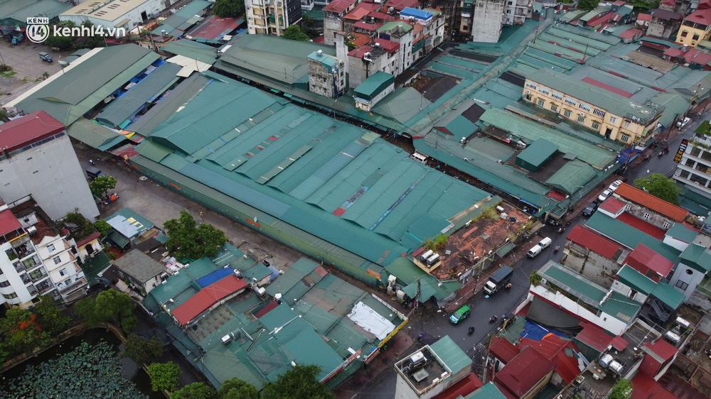 Hà Nội: Tạm dừng hoạt động chợ Phùng Khoang, hàng trăm tiểu thương đội mưa chờ xét nghiệm Covid-19-1