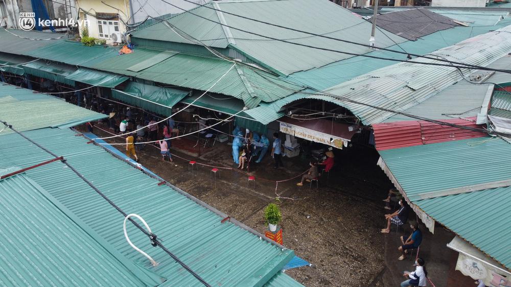 Hà Nội: Tạm dừng hoạt động chợ Phùng Khoang, hàng trăm tiểu thương đội mưa chờ xét nghiệm Covid-19-2