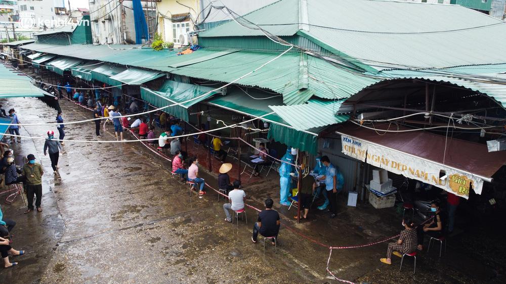 Hà Nội: Tạm dừng hoạt động chợ Phùng Khoang, hàng trăm tiểu thương đội mưa chờ xét nghiệm Covid-19-3