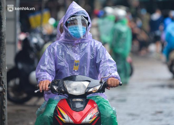 Hà Nội: Tạm dừng hoạt động chợ Phùng Khoang, hàng trăm tiểu thương đội mưa chờ xét nghiệm Covid-19-10