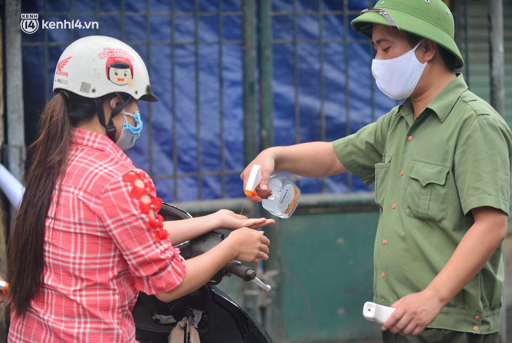 Hà Nội: Tạm dừng hoạt động chợ Phùng Khoang, hàng trăm tiểu thương đội mưa chờ xét nghiệm Covid-19-12