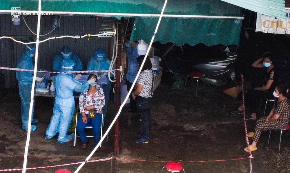 Hà Nội: Tạm dừng hoạt động chợ Phùng Khoang, hàng trăm tiểu thương đội mưa chờ xét nghiệm Covid-19-4