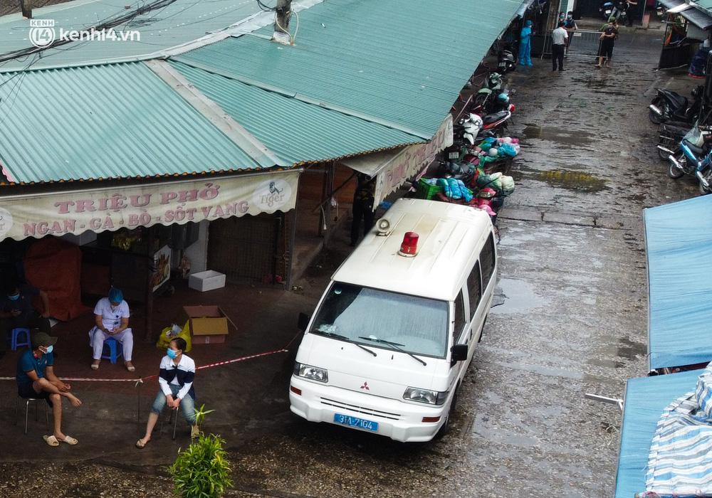 Hà Nội: Tạm dừng hoạt động chợ Phùng Khoang, hàng trăm tiểu thương đội mưa chờ xét nghiệm Covid-19-5